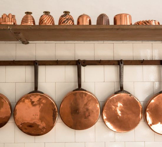 Kupferpfannen in Küche aufgehängt